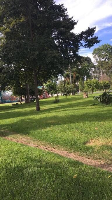 Hermoso parque a media cuadra para relajar y ejercitar