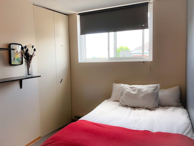 Comfortable Room with Private Bathroom - Downtown!