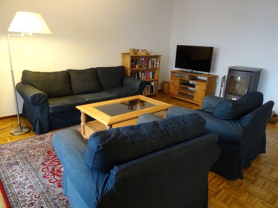 Das gemütliche Wohnzimmer mit Kaminofen