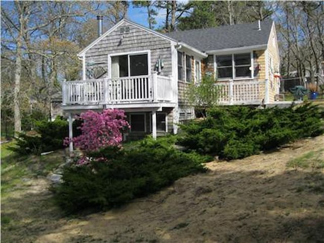 Amazing Strawberry Cottage .04 mi. beach - Eastham