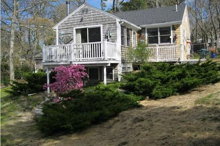 Amazing Strawberry Cottage .04 mi. beach - Eastham - Dom