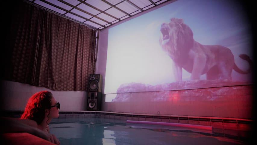 Cobertura loft com piscina e tela de cinema