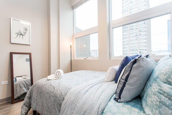 The Picasso❤️McCormick 2bd/2ba (5 min to Downtown)