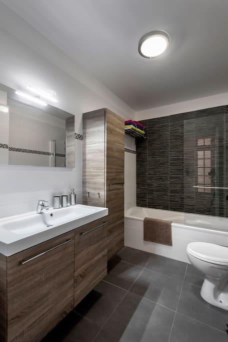 La salle de bain avec des rangements.