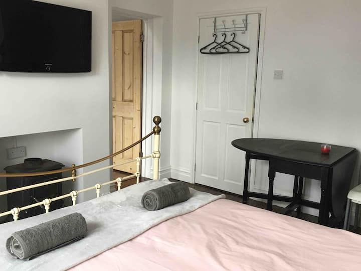Refurbished private annex, sleeps 2, nr University
