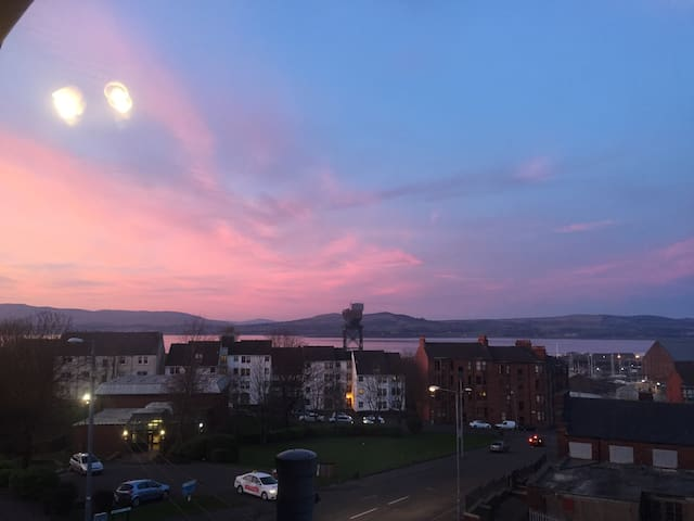 Amazing views of the Clyde. - Greenock - Apartment