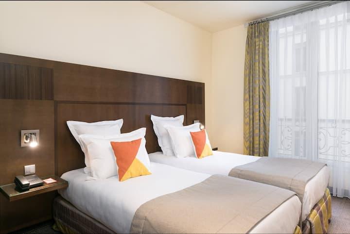 Chambre confortable à deux lits séparés