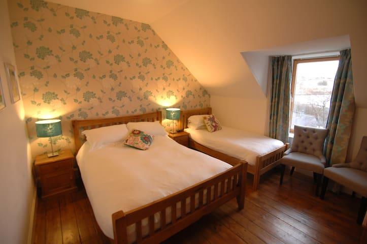 Woodbine House Room2 (ensuite seaview family room) - Uig