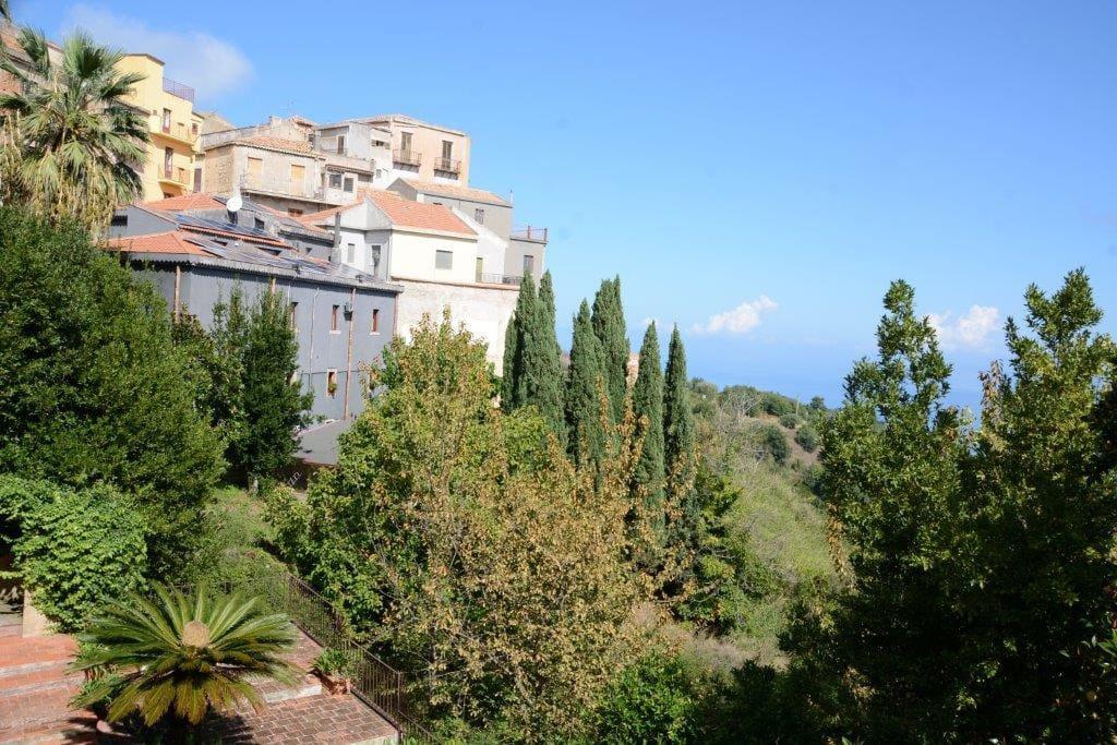Il paese  e la terrazza visti dalle finestre della casa.
