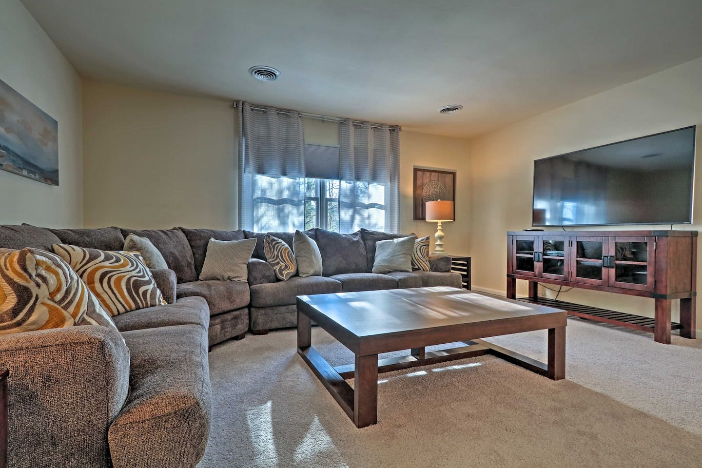This 6-bed, 5-bath vacation rental house in Palmerton sleeps up to 14 guests!