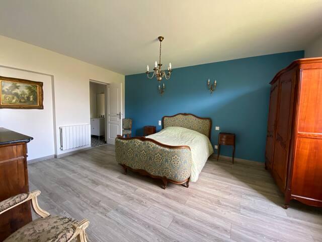 chambre 4  avec salle de bain au rez-de-chaussée