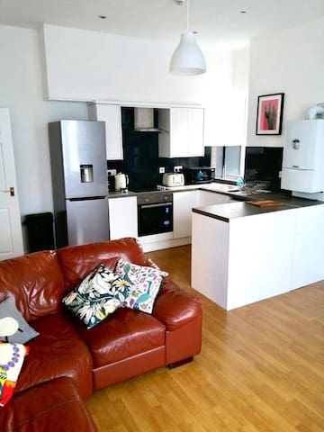 A modern 2 bedroom apartment close to city centre