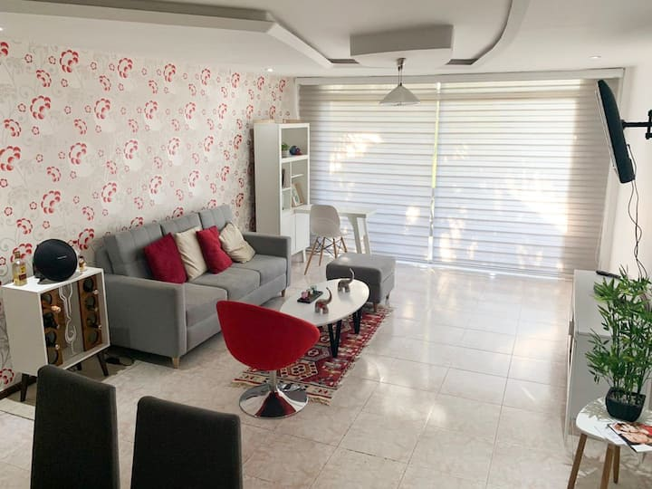 Double private room in modern apt next to Old City