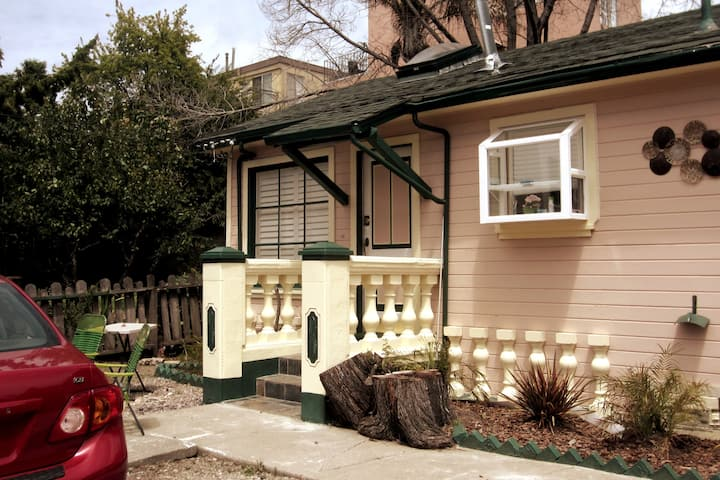 Delightful Elmwood 1BR Cottage 12 min from Campus