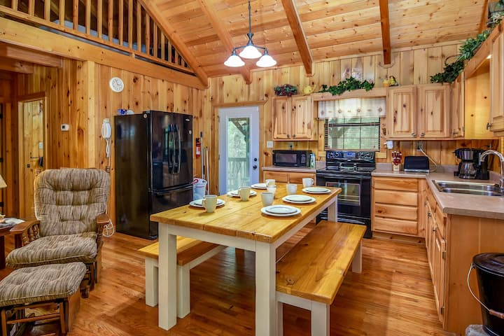 ✯Secluded Large Cabin✯ with Hot Tub, on 1.3 Acres