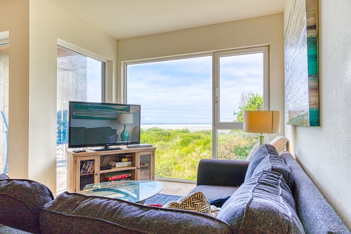 Oceanfront dog-friendly condo w/close beach access, shared hot tub, great decor!