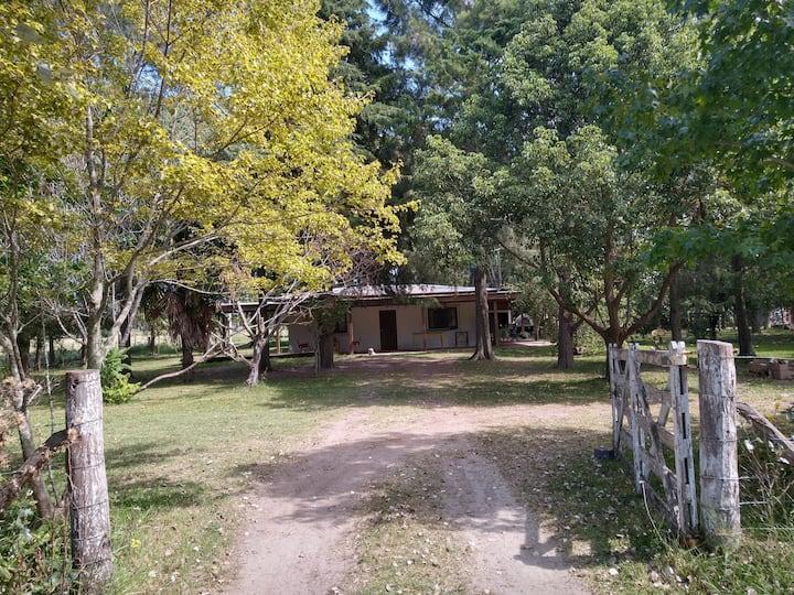 Casa de campo de 55 hectáreas con laguna y pileta