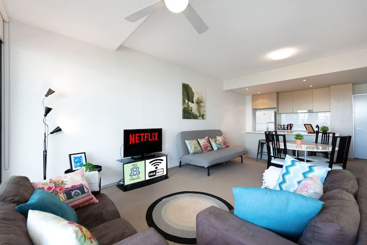 Gabba Great 5* 2BR w Parking, WiFi & Netflix