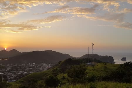 HERMOSA CASA CON VISTA ESPECTACULAR - Atacames Canton - Casa