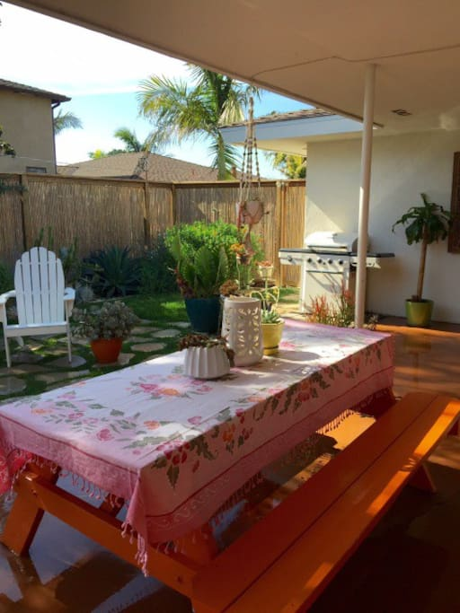 Relaxing backyard with daybed, BBQ, picnic table