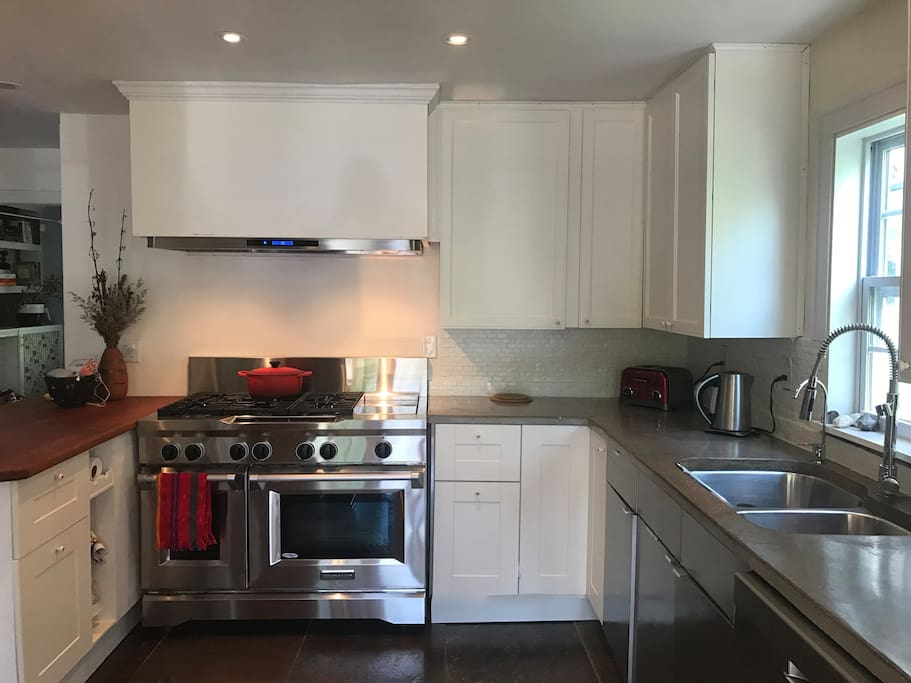 Brand new chef's kitchen with 6-burner stove and top of the line appliances