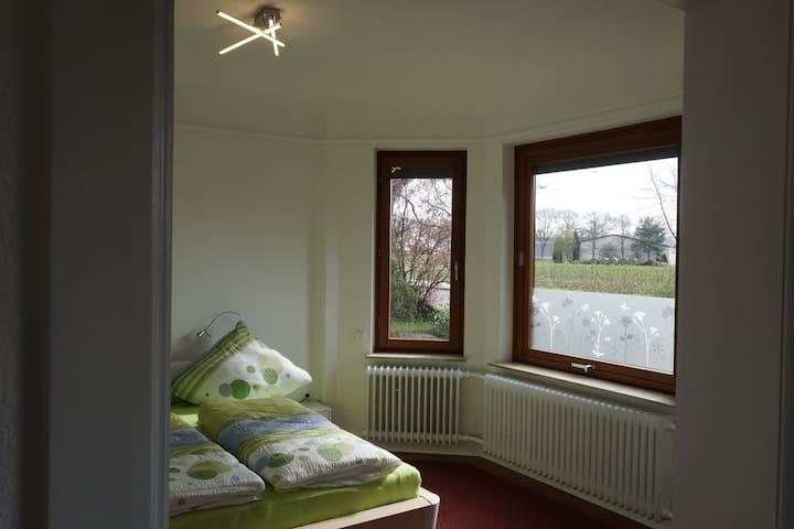 Schlafzimmer 1 mit Durchbruch zum Wohnzimmer