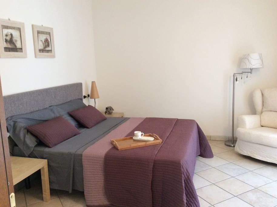 Ampia camera da letto che può ospitare una terza persona