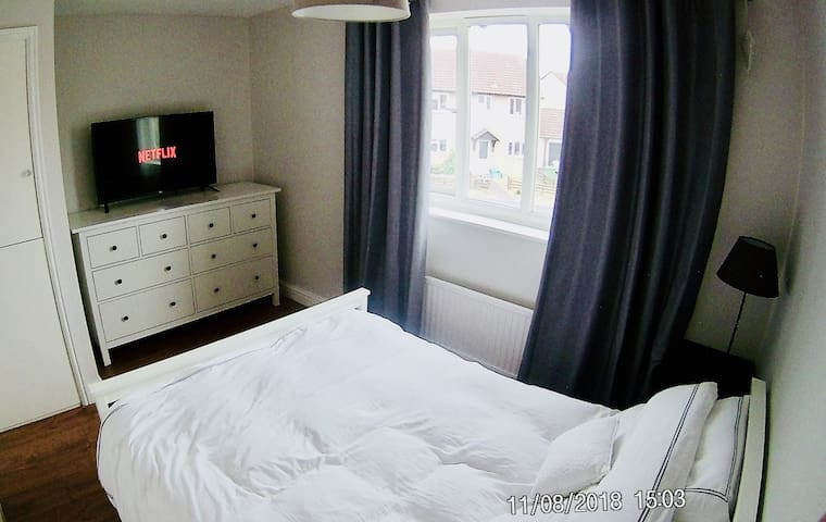 Double Room avail mon-fri with Smart TV & Netflix.