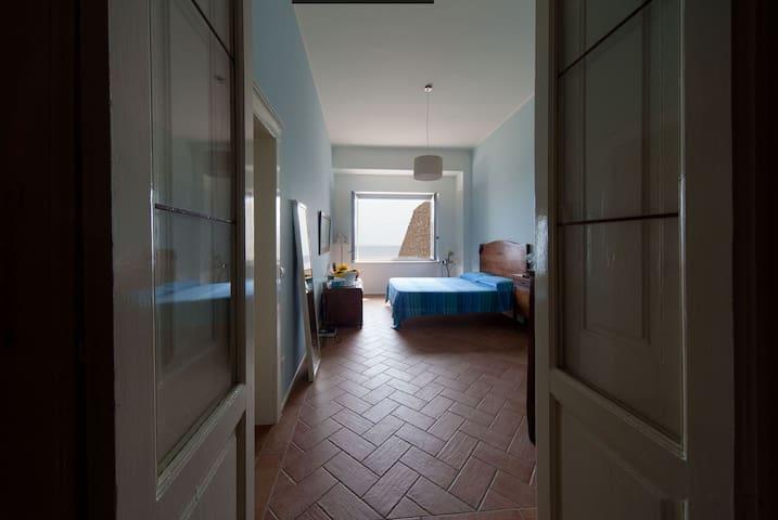 L'ampia e luminosa camera con bagno privato