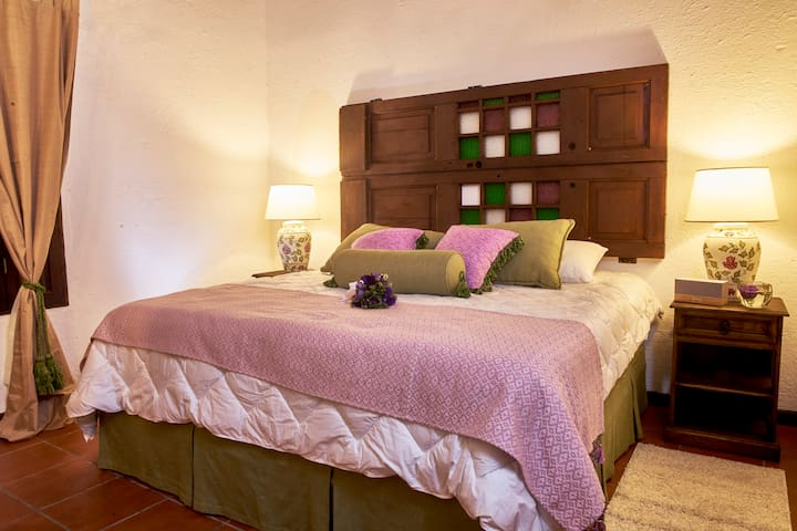 Habitacion Lisianthus una bella mini suite que hara de tu estadia una noche inolvidable.