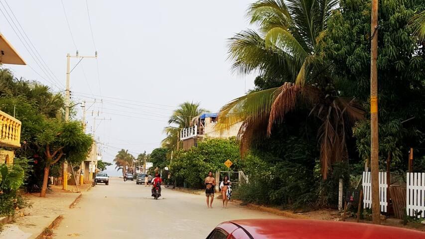 Casi hacemos esquina con la Calle principal (Héroes Oaxaqueños) Ésta llega directamente a la playa y zona turística de la Punta de Zicatela. Dónde encontrarás  restaurantes, lavanderías, tiendas y estación de policia. Estarás a 150 mts de la playa!