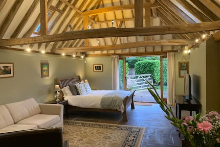 Beautiful Oak framed Sussex barn, private + quiet.