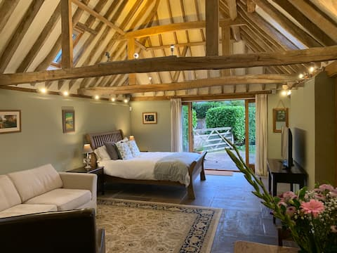 Oak-beamed Sussex barn, self-contained & private
