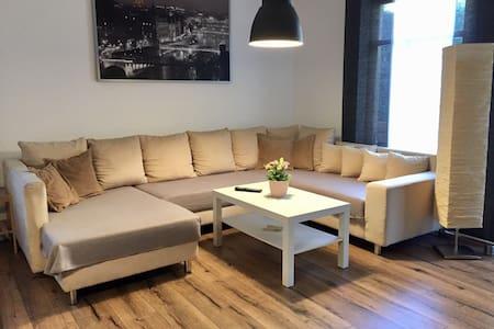 *** Moderne und zentrale EG-Wohnung mit Garten *** - Rosenheim - Huoneisto