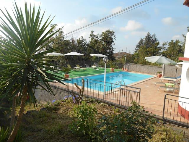 Casavacanze VILLINO SUNSHINE  in villa con piscina