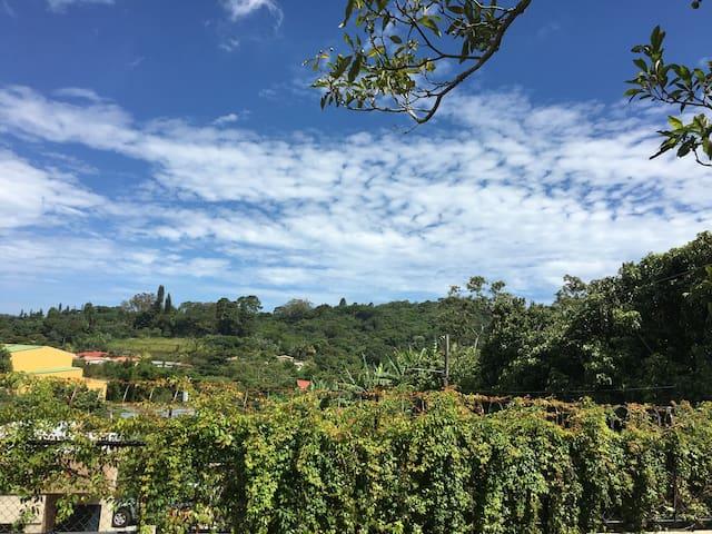 Casa con  jardines y vista a la montaña
