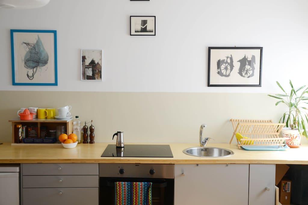 Cocina con orno y todo lo necesario para cocinar. Kitchen with oven utensils, pots and pans...