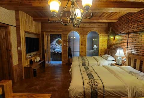 布尔津县海思客栈(6号客房):房间装修复古,全木质家具。独立的卫生间,干湿区分离。