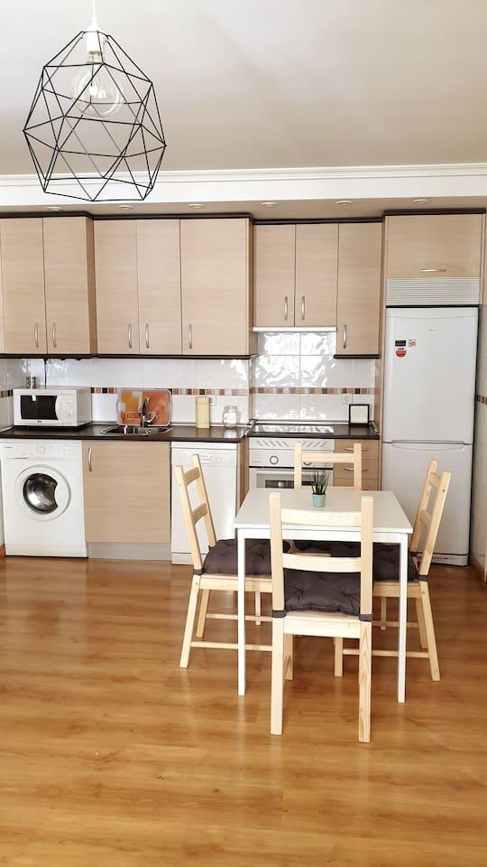Cocina americana incluye lavadora,lavavajillas,nevera,horno,microondas,campana extractora y mesa para 4 personas