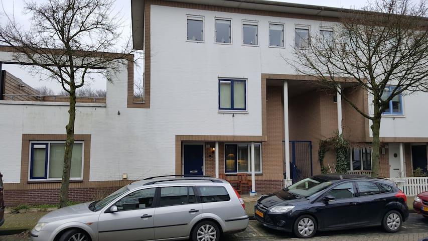 Nice house in quiet suburb of Amsterdam - Amsterdam - Hus