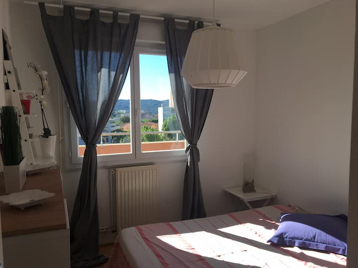 Bright and sunny bedroom in Aix