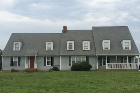 Large home in a private neighborhood Sleeps 14 - Mechanicsville