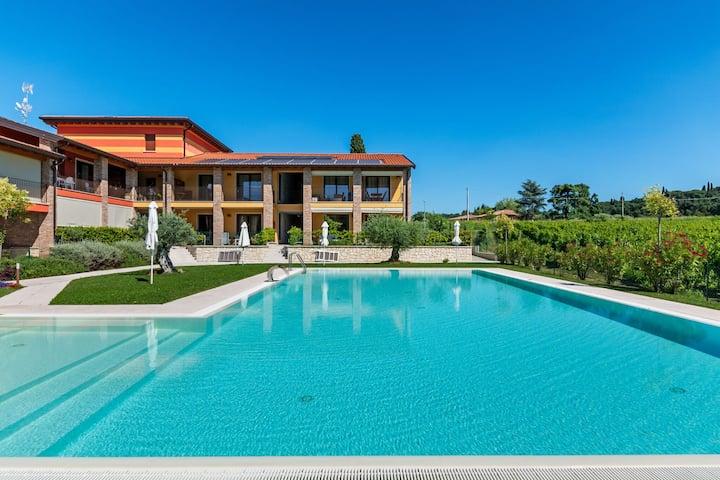 Gloednieuw appartement in Lazise met gedeeld zwembad