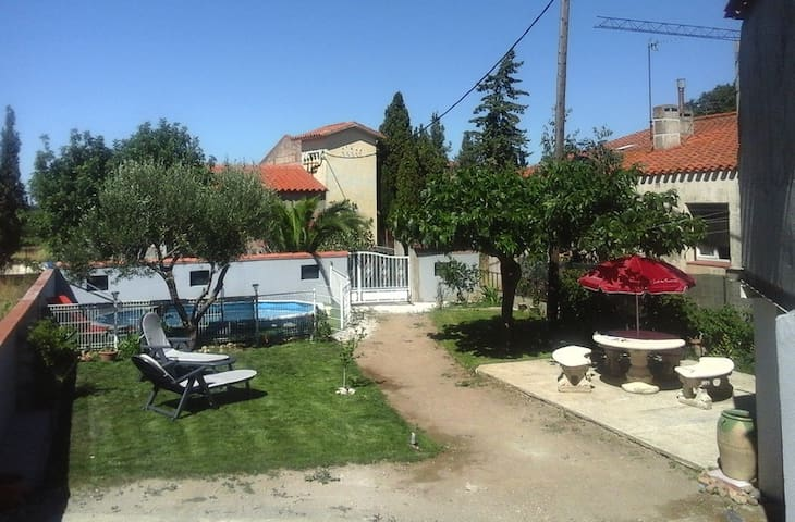 Villa 700M de terrain avec piscine.
