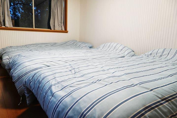 2階右手の寝室、シングルベッド3台