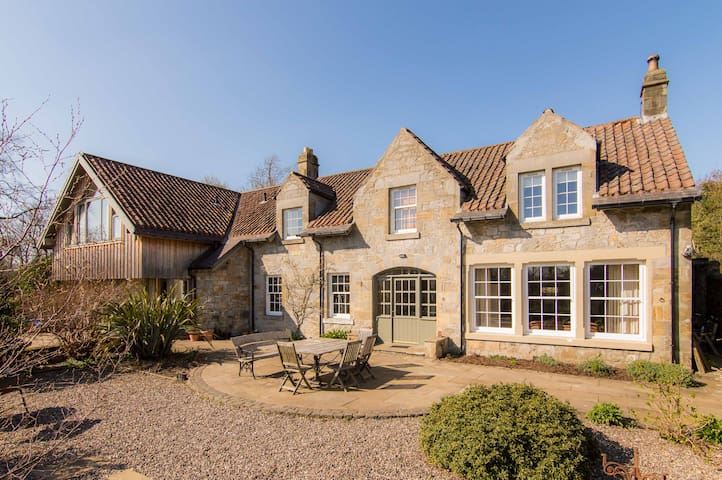 Bright, Spacious Country House near Loch Leven