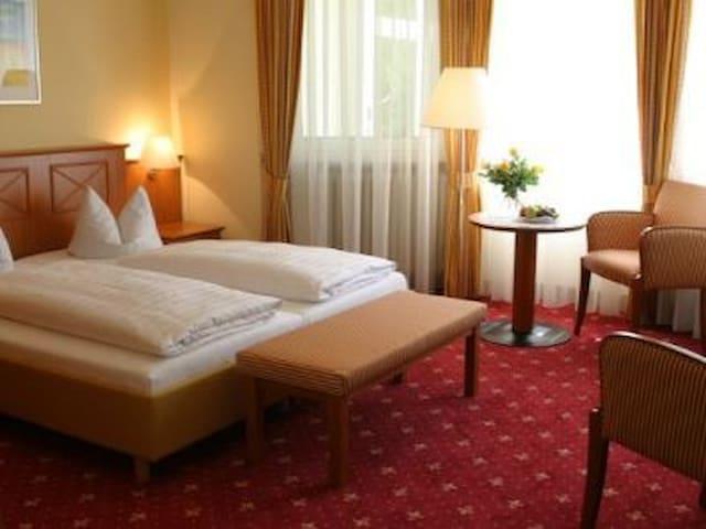 Hotel Alexa (Bad Mergentheim), Standard-Doppelzimmer mit kostenfreiem WLAN und Parkplatz