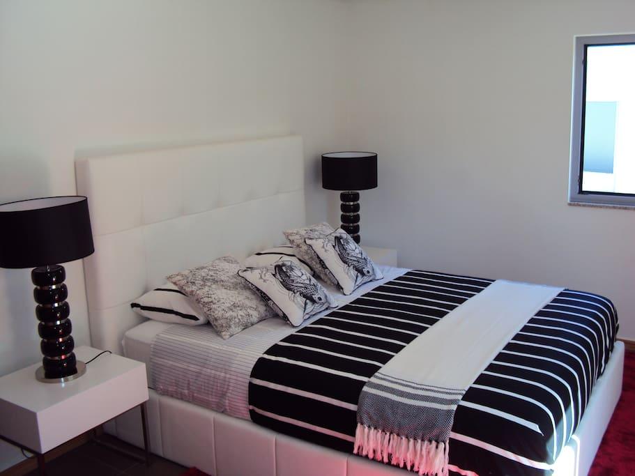 Lit 1,60m x 1,95m et tables de nuit avec tiroirs