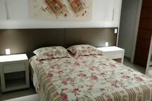 Quarto 1 Suite - Colchão Tamanho Queen 1,58X1,98 m. Guarda Roupa 2 portas! Ar condicionado!