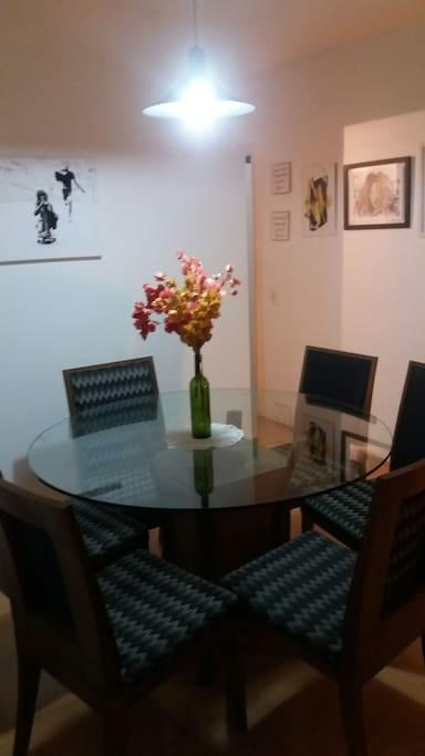Sala de jantar integrada com o ambiente